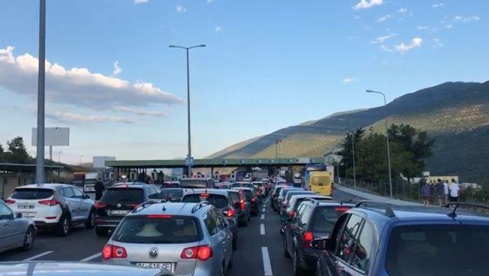 Kolona deri në 400 metra në kufirin për në Shqipëri