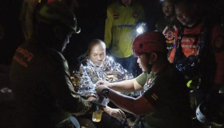 Katër ditë i ngujuar në shpellën e mbushur me ujë, shpëtohet murgu në Tajlandë (VIDEO)