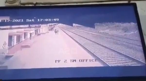 Momenti kur punonjësi hero shpëton fëmijën që kishte rënë te shinat e trenit (VIDEO)