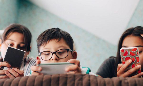 Mënyrat më të mira për të shpëtuar fëmijët tuaj nga varësia ndaj teknologjisë