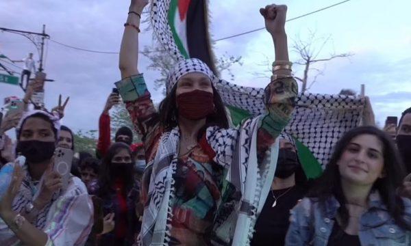 Bella Hadid zbret në rrugë në mbështetje të palestinezëve në konfliktin me Izraelin (FOTO)