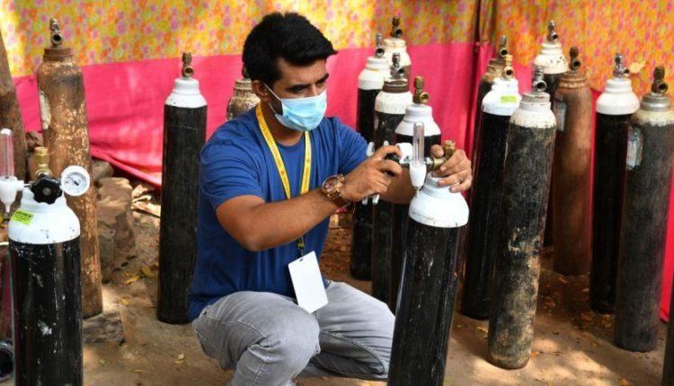 Indiani shet makinën për të blerë oksigjen për pacientët me COVID-19