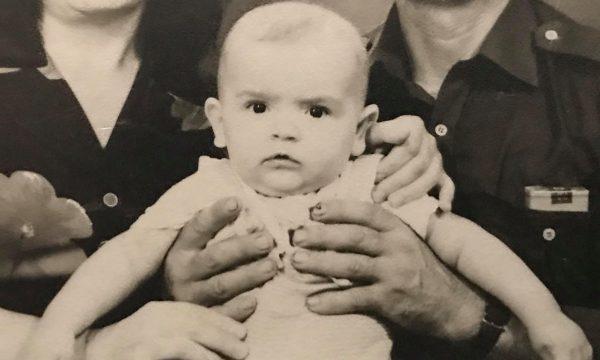 Bebja në foto sot është një prej aktorëve më të njohur në Kosovë