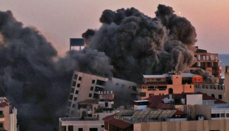 Momenti kur shembet ndërtesa në Gaza pas sulmeve izraelite me raketa (VIDEO)