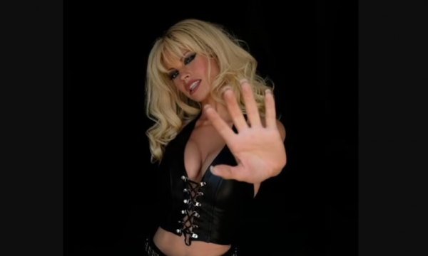 Pamela Anderson qesh me një emision ku flitet për jetën e saj