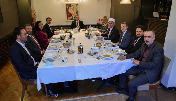 Presidentja Osmani shtron Iftar, të ftuar Myftiu Naim Tërnava, Kryeministri Kurti dhe Kryeparlamentari Konjufca