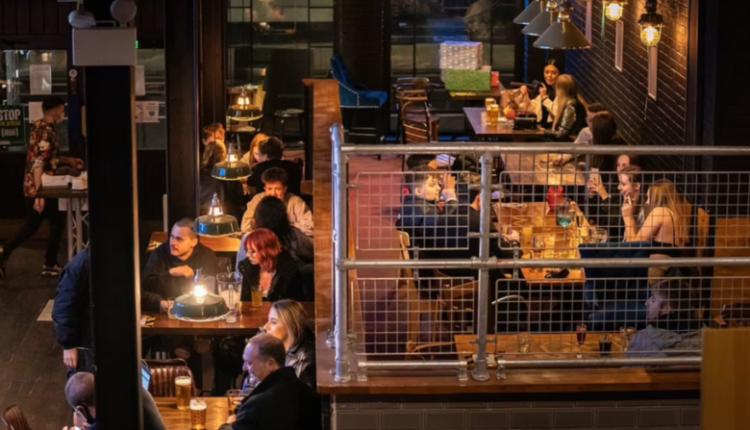 Rikthimi në normalitet, britanikët mbushin baret dhe restorantet në Angliç