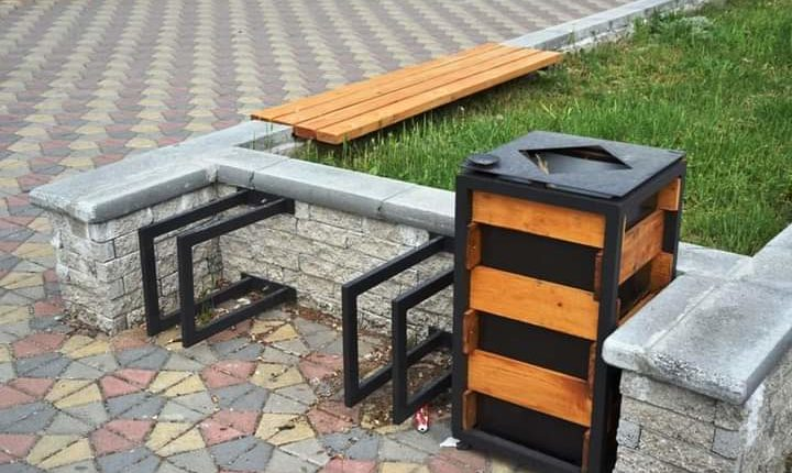 Vendosen pajisje urbane, ulëse dhe shporta për mbeturina përgjatë shëtitores të bulevardit Iliria!(Foto)