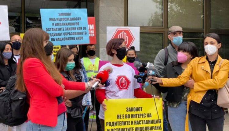 Protestë e prindërve kundër digjitalizimit të librave (Foto)