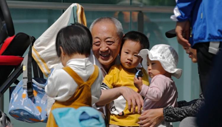 Kina 'bën lëshime': I lë familjet të kenë nga tre fëmijë