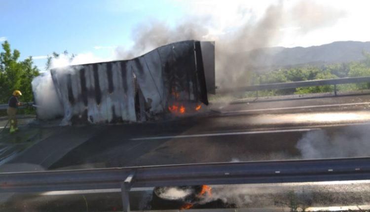 Zjarri shkrumbon një kamion në afërsi të Negotinës