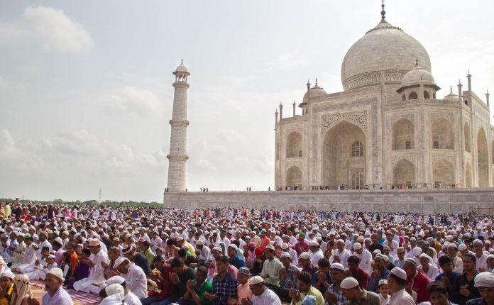 Besimtarët myslimanë në botë festojnë Bajramin e Madh përmes kufizimeve të Covid-19