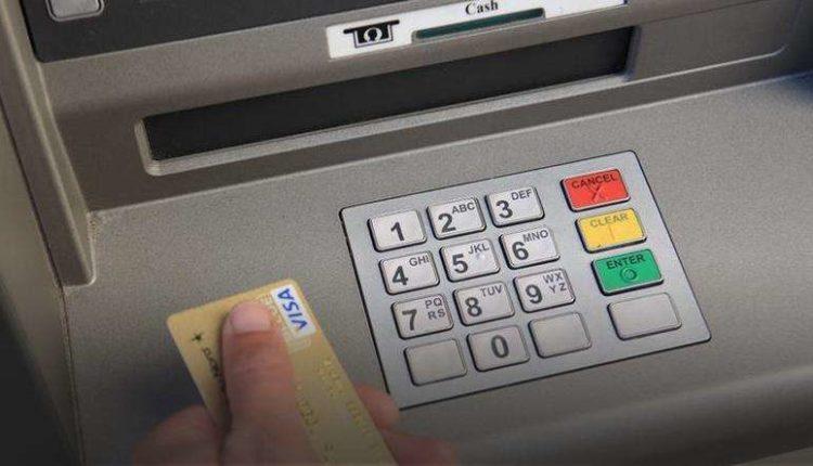 E reja po merrte para në bankomat, 44-vjeçari me thikë në dorë…