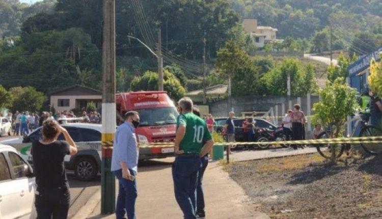 Adoleshenti vret me thikë tre fëmijë dhe një mësues