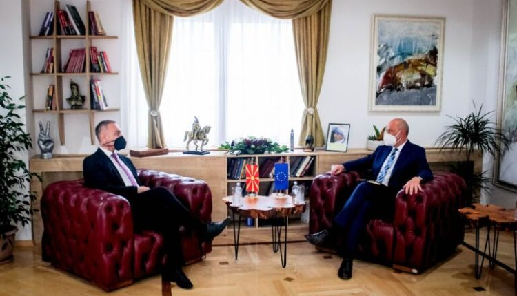 Grubi pret në takim ambasadorin evropian Geer