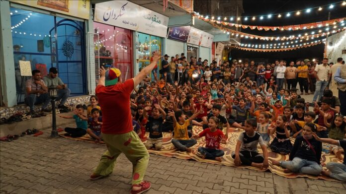 Palaçoja italian argëton fëmijët në Mosul në përpjekje për t'i harruar gjurmët e luftës