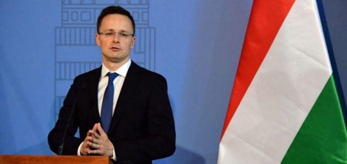 Ministri hungarez viziton sot Shkupin, sjellë vaksina donacion për policinë