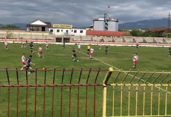Gjakosi arbitrin/ Futbollisti shqiptar i shpëton policisë