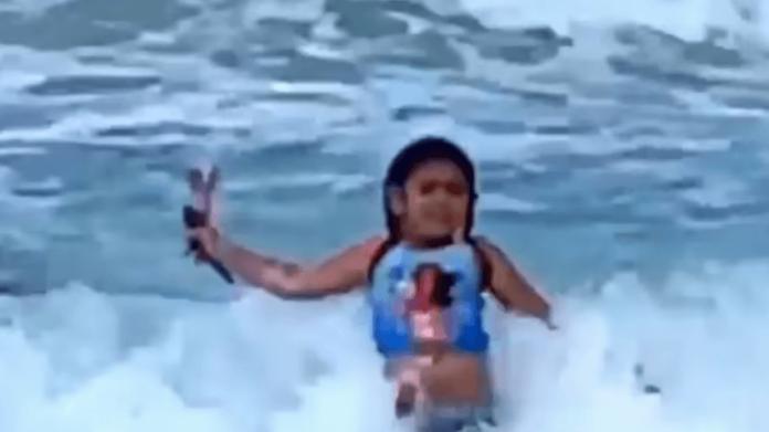 """Tmerrohet vajza, tmerrohet e ëma – ndërsa peshkaqeni po """"sillej vërdallë"""" vogëlushes, në një plazh në Havai"""