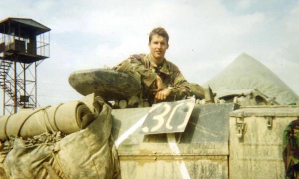 Ushtari anglez që i kushtoi këngë luftës në Kosovë (VIDEO)