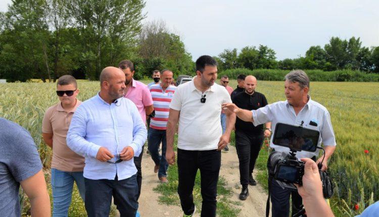 Hoxha takon bujqit e Haraçinës, premton mbështetje institucionale