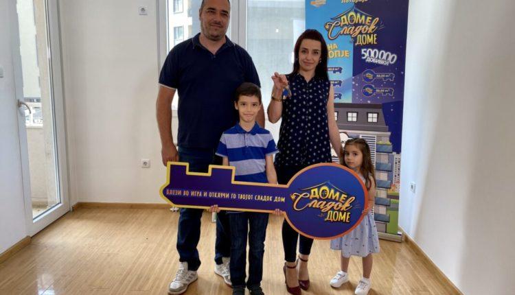 Familja e tretë hyn në shtëpinë e tyre të re, të fituar në Lotarinë Shtetërore (FOTO)
