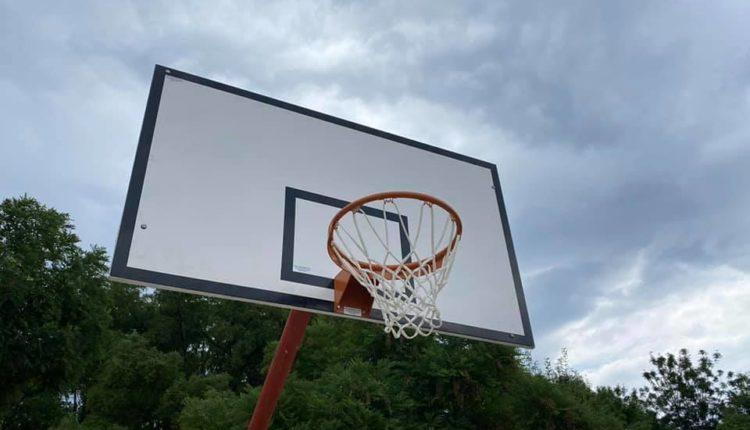 """Komuna e Çairit vendosi tabela të reja basketbolli në fushën e sportit në lagjen """"Gazi Babë"""""""