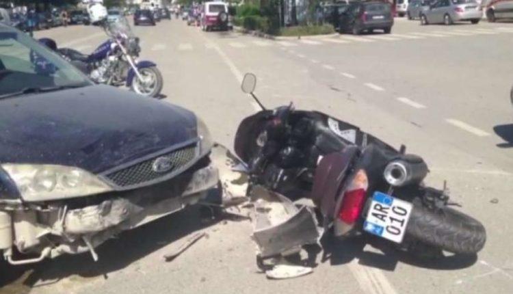 Aksident në Gjirokastër: Automjeti përplas motoçikletën, dy të plagosur