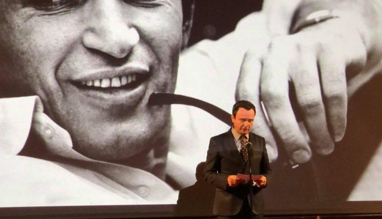 Nderohet Bekim Fehmiu në 85-vjetorin e lindjes së tij, Kurti: Mbetet identiteti jonë kulturor