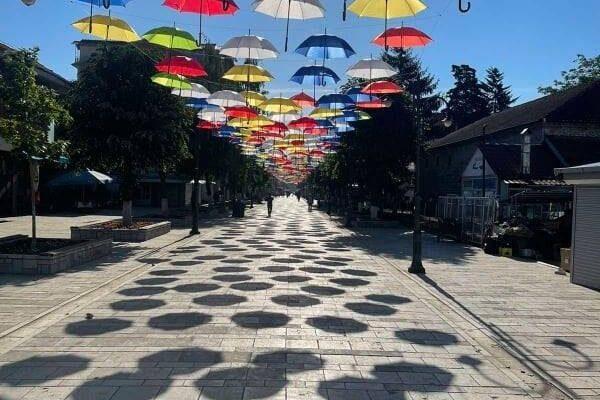 Struga dekorohet me ombrella shumëngjyrëshe