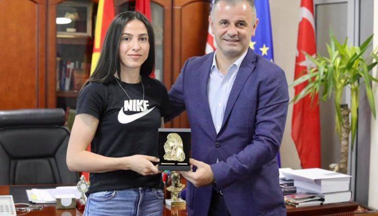 Kampionia shqiptare e atletikës Drita Islami, pritet nga kreu i Çairit, Visar Ganiu