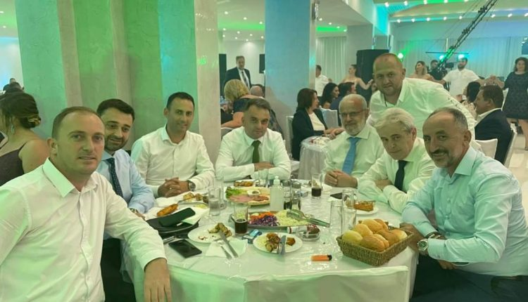Ali Ahmeti së bashku me shokët po e shijojnë sezonin e dasmave