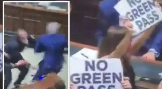 Skena të papara në parlamentin italian – deputeti ndiqet nga sigurimi shkaku i protestës (VIDEO)