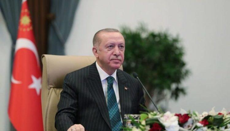 Erdogan përcjell nga helikopteri situatën me zjarret në Turqi