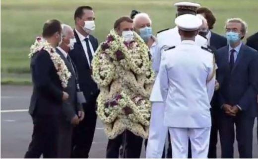Presidenti Macron mbulohet me lule deri në fyt