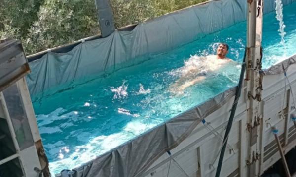 VIDEO | Temperaturat e larta detyrojnë këtë person që ta kthejë kamionin e tij në pishinë!