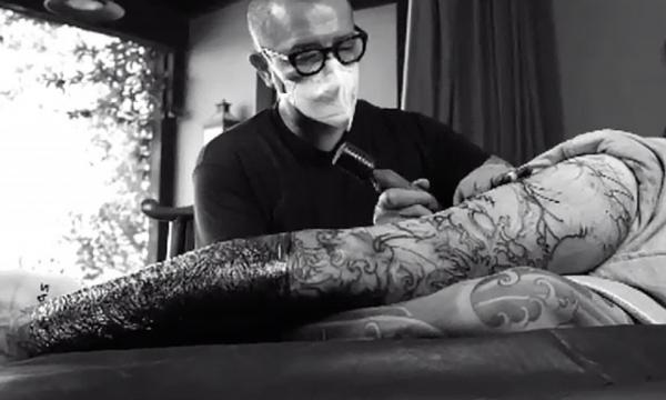 Plot 13 orë, këngëtari i njohur realizon tatuazhin gjigant në këmbë