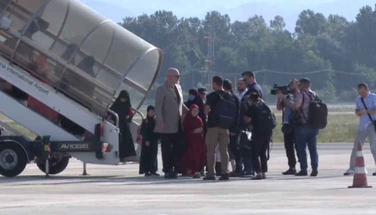 """Merr fund ferri në kampin """"Al Hol""""/ 14 fëmijë dhe 5 gra kthehen në Shqipëri, Rama: Dy janë pengje"""