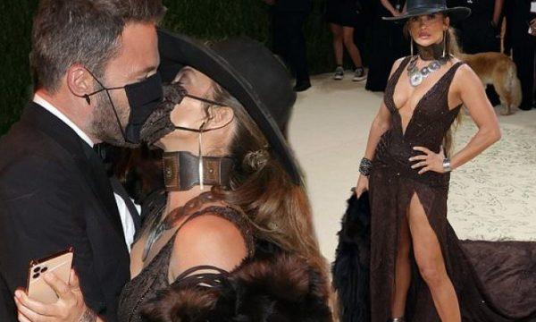 Jennifer Lopez dhe Ben Affleck shkëmbejnë puthje pasionante me maskë veshur