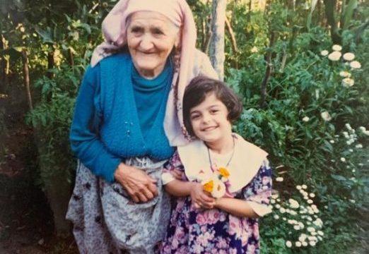 Bebe Rexha publikon foton e vjetër: Me stërgjyshen time në Gostivar