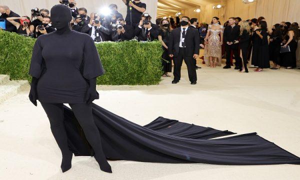 Misteri që fshihet pas veshjes së Kim Kardashian, çfarë përpiqet të përcjellë ylli amerikan