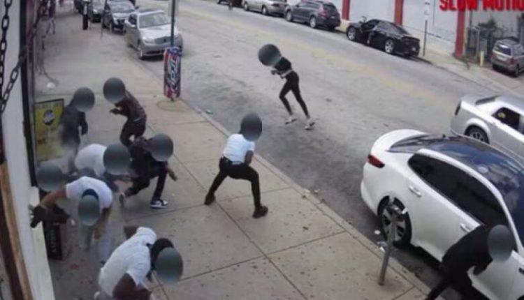 Pamje të rënda! Burri nxjerr automatikun dhe qëllon njerëzit në trotuar, 1 i vdekur (VIDEO)