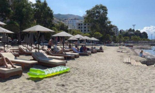 Kosovarët ia mësyjnë detit edhe në shtator, mbushet plazhi i Vlorës
