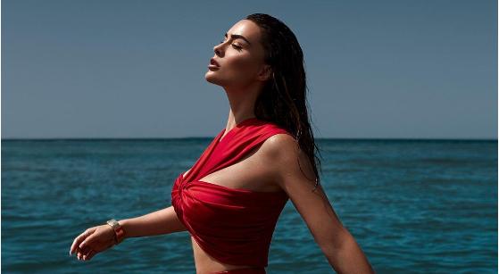 Xhensila Myrtezaj më tërheqëse se kurrë, sjell fotografi nga bregdeti
