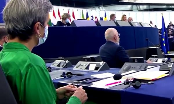 Komisionerja thur me kërrabëz teksa Presidentja e Komisionit Evropian mban fjalim
