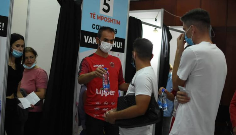 """""""Ballistët"""" shpërndajnë ujë në qendrat e vaksinimit në Tetovë (FOTO)"""