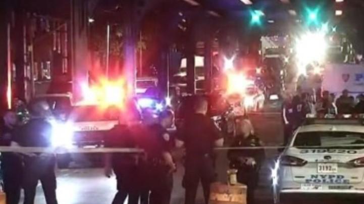 Nxori armën dhe filloi të shtie mbi qytetarët në mes të rrugës, plagosen pesë persona në Manhattan – përfshirë sulmuesin