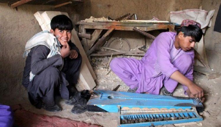 Talebanët lejojnë djemtë të shkojnë në shkollë