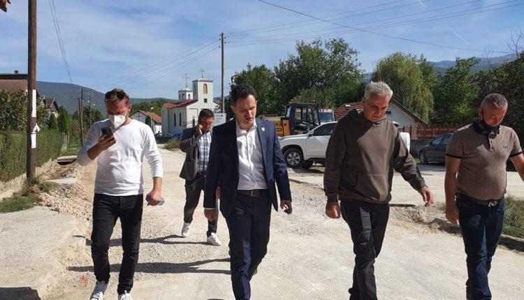 SKANDALOZE/  Blerim Sejdiu promovon rrugë të komunës së Tetovës (FOTO)