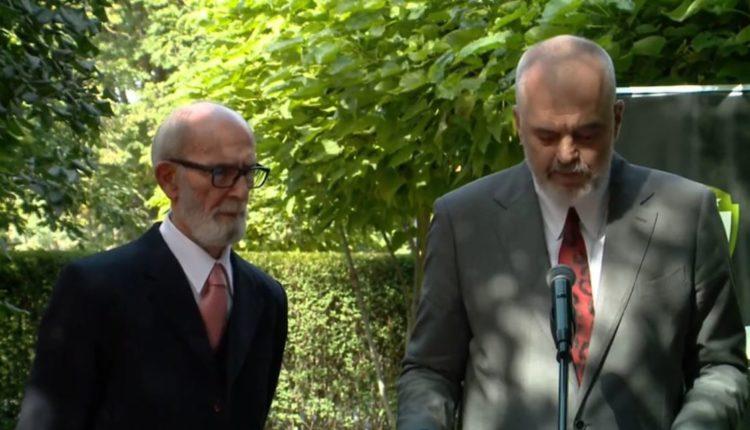 Edi Rama nderon Rexhep Qosjen me Yllin e Medaljes së Kryeministrit për Mirënjohje Publike